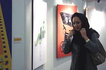 نیکی کریمی در کنار پوستر من در نمایشگاه